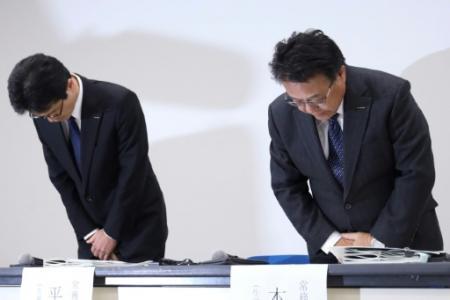 Seiji Honda (à droite) et Teiji Hirata, tous deux vice-présidents de Nissan, lors d'une conférence de presse à Yokohama, dans la banlieue de Tokyo, le 7 décembre 2018. (Photo JIJI PRESS. JIJI PRESS)