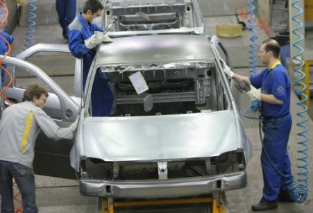 Des techniciens français et iraniens travaillent sur une ligne d'assemblage d'une Renault, le 11 juillet 2007 à Téhéran (Photo Behrouz MEHRI. AFP)