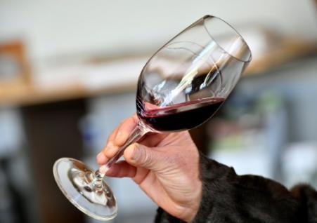 Toutes les catégories socio-professionnelles et tous les secteurs d'activités sont concernés par une consommation à risque d'alcool (Photo GEORGES GOBET. AFP)