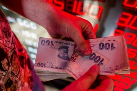 La livre turque chute de plus de 5% face au dollar, sur fond de crise diplomatique entre la Turquie et les Etats-Unis (Photo Yasin AKGUL. AFP)