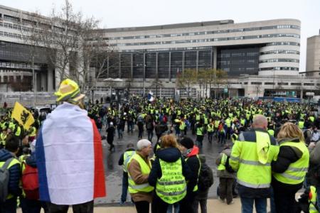 Des 'gilets jaunes' rassemblés devant le ministère de l'Economie et des Finances à Bercy, le 12 janvier 2019 à Paris (Photo Bertrand GUAY. AFP)