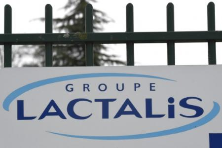 Les familles de victimes du lait contaminé Lactalis demandent la fermeture définitive de l'usine Lactalis de Craon (Mayenne) (Photo DAMIEN MEYER. AFP)