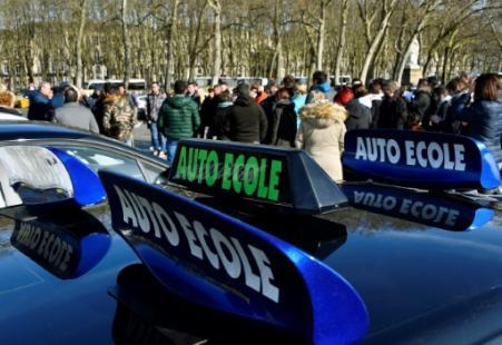 Des véhicules d'auto-écoles lors d'un rassemblement à Bordeaux le 11 février 2019 (Photo GEORGES GOBET. AFP)