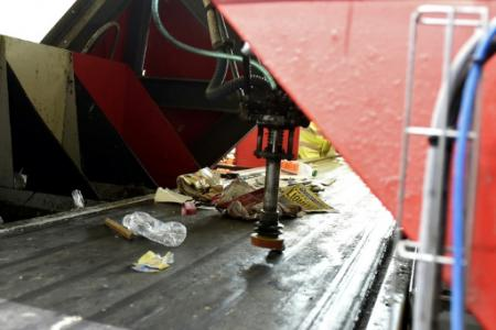 Le robot Max AI est capable de reconnaître certains types de déchets indésirables et, avec un bras articulé, de les en écarter (Photo FRANCOIS LO PRESTI. AFP)