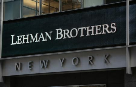 Le 15 septembre 2008, la banque américaine Lehman Brothers s'effondre, mettant l'économie mondiale à genoux. C'est le début de la plus grave crise financière depuis la Grande Dépression, mais les prémisses de la débâcle étaient apparus en pleine torpeur estivale un an plus tôt. (Photo NICHOLAS ROBERTS. AFP FILES)