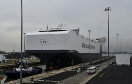 Una foto de archivo del buque de carga Hoegh Target, el mayor vehículo de carga del mundo, cuando inició su tránsito por el canal de Panamá cerca de la ciudad de Panamá, el 8 de septiembre de 2016 (Photo RODRIGO ARANGUA. AFP)