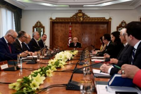 Réunion à Tunis entre le président tunisien Béji Caïd Essebsi (C) et les responsables des partis au pouvoir, de la centrale syndicale et du patronat, le 13 janvier 2018 (Photo FETHI BELAID. AFP)
