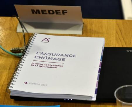 Un document sur l'assurance-chômage, le 22 février 2016, pendant une réunion entre le Medef et les syndicats à Paris (Photo DOMINIQUE FAGET. AFP)