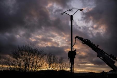 Salariés d'Enedis réparant une ligne électrique le 7 mars 2017, près d'Amplepuis (Rhône) (Photo JEFF PACHOUD. AFP)