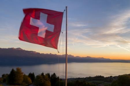 Le drapeau suisse sur les bords du lac de Genève, le 5 octobre 2017 (Photo Fabrice COFFRINI. AFP)
