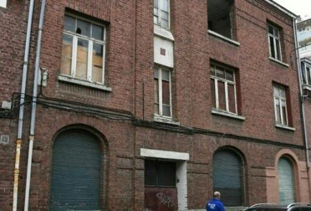 Un homme passe devant une maison inoccupée dans à Lille, le 28 septembre 2017 (Photo DENIS CHARLET. AFP)