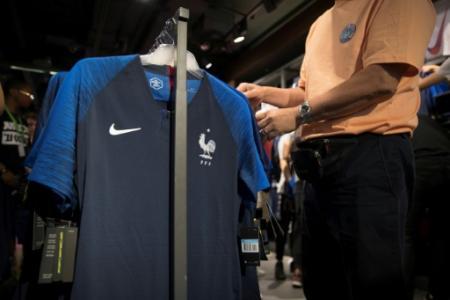 Un maillot de l'équipe de France à la vente dans une boutique des Champs-Elysées, le 11 juillet 2018 (Photo Thomas SAMSON. AFP)