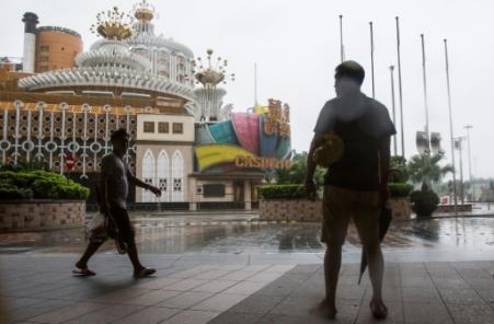 Le Casino Grand Lisboa fermé à Macao avant que le typhon Mangkhut ne déferle sur l'ancienne colonie portugaise, le 16 septembre 2018 (Photo ISAAC LAWRENCE. AFP)