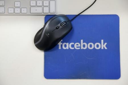 Les utilisateurs de Facebook vont disposer d'une nouvelle version du fil d'actualité sur lequel la priorité sera donné aux publications partagées par la famille et les amis (Photo Daniel LEAL-OLIVAS. AFP)
