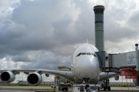 La tour de contrôle de l'aéroport de Roissy-Charles-de-Gaulle, près de Paris, le 18 août 2014. Un avion a disparu des radars à l'ouest de la France après une mise à jour informatique (Photo KENZO TRIBOUILLARD. AFP)